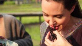 آنجلیناجولی بازیگرمعروف آمریکادر حال خوردن عقرب سوسک و کرم